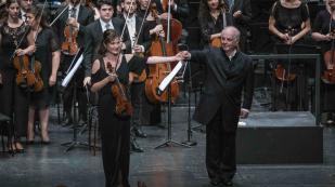 Lisa Batiashvili, Daniel Barenboim e a West-Eastern Divan Orchestra [Foto: Salzburger Festspiele / Marco Borrelli]